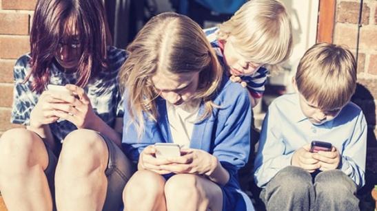 ninos-adictos-tecnologia-smartphones-telefono-mensajes-texto-adolescentes